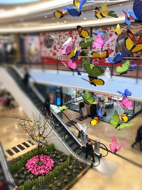 Visual Merchandising: Einkaufszentrum mit Schmetterlingen