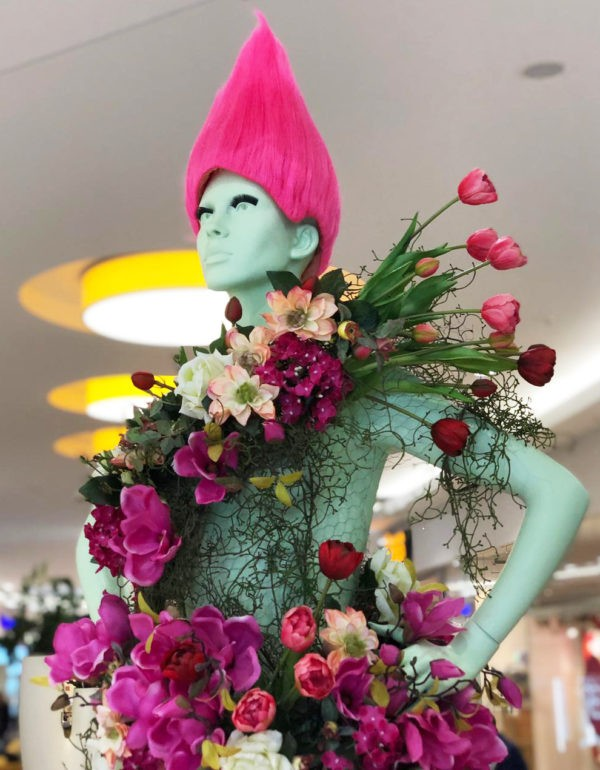 Visual Merchandising: Schaufensterpuppe mit Blumen