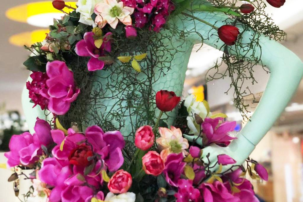 Visual Merchandising: Schaufensterpuppe mit Blumen